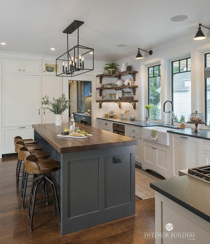 Kücheninsel klein in graue Farbe und Theke aus Holz, weiße Küchenschränke und offene Regale, große Küche mit Fenster