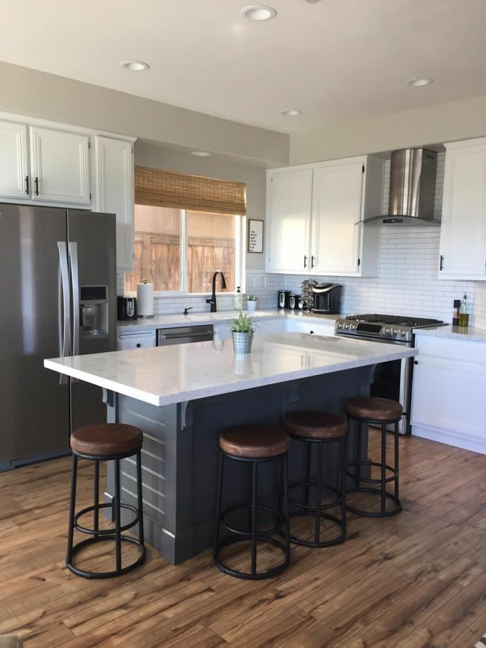dunkelgraue Kücheninsel mit Sitzgelegenheit und weißer Theke, kleine Küche mit Fenster einrichten, weiße Backsteinfliesen