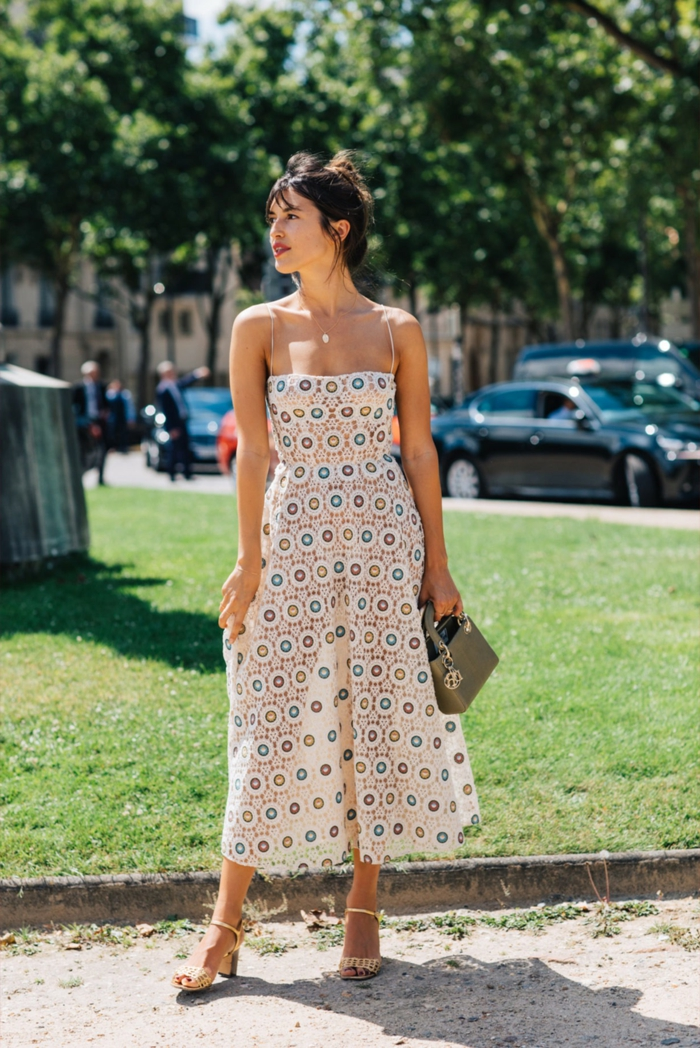 jeanne damas styling weißes kleid mit buntem abdruck elegante sandalen mit absatz mini tasche paris street style damenkleider sommer