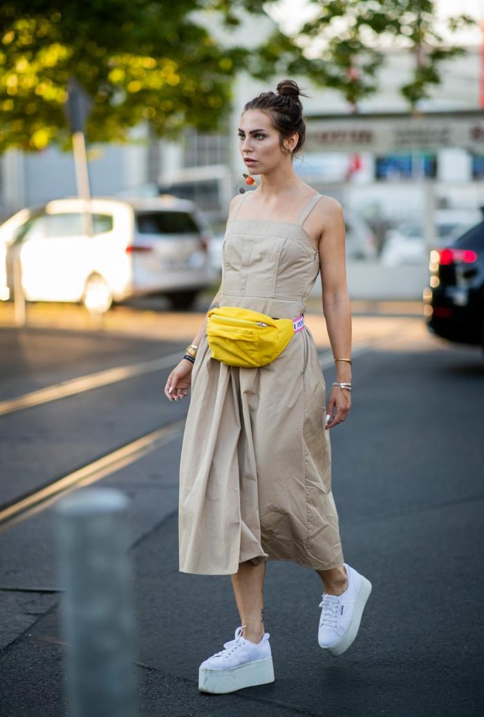 jumpsuit kleid in beige gelbe bauchtasche weiße platform sneakers hochgesteckte haare sommer kleidung damen
