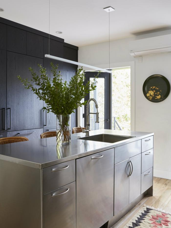 Moderne Küchen mit Insel aus Metall, Inneneinrichtung mit retro Atmosphäre, Vase mit grünen Pflanzen, bunter Teppich, Ikea Kücheninsel