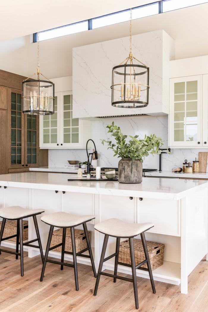 wunderschöne weiße Küche mit Metall und Holzelemente, Kochinsel mit Theke, originelle Idee für Beleuchtung