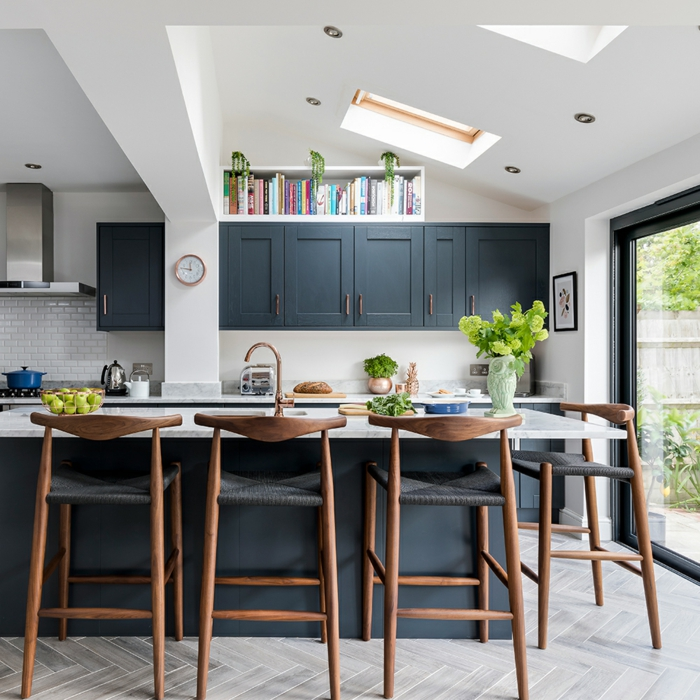 Dachschräge mit kleinem Fenster, Kücheninsel Ikea, blaue Küchenschränke und Holz Akzente, modernes Interior Design