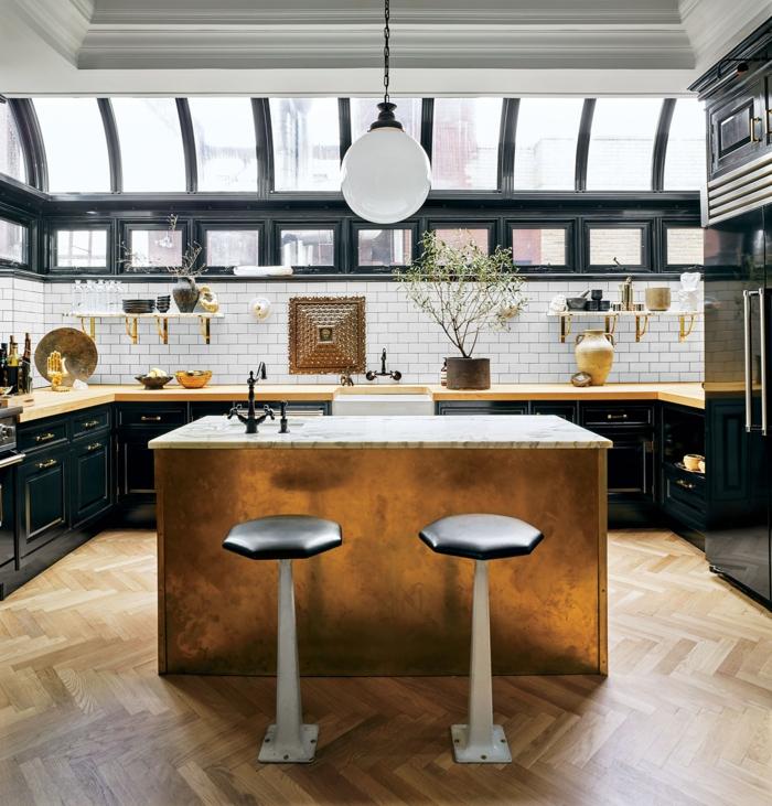 schwarze Küchenmöbel und weißen Backstein Fliesen, moderne Küche mit Kochinsel, verziert in goldene Farbe,