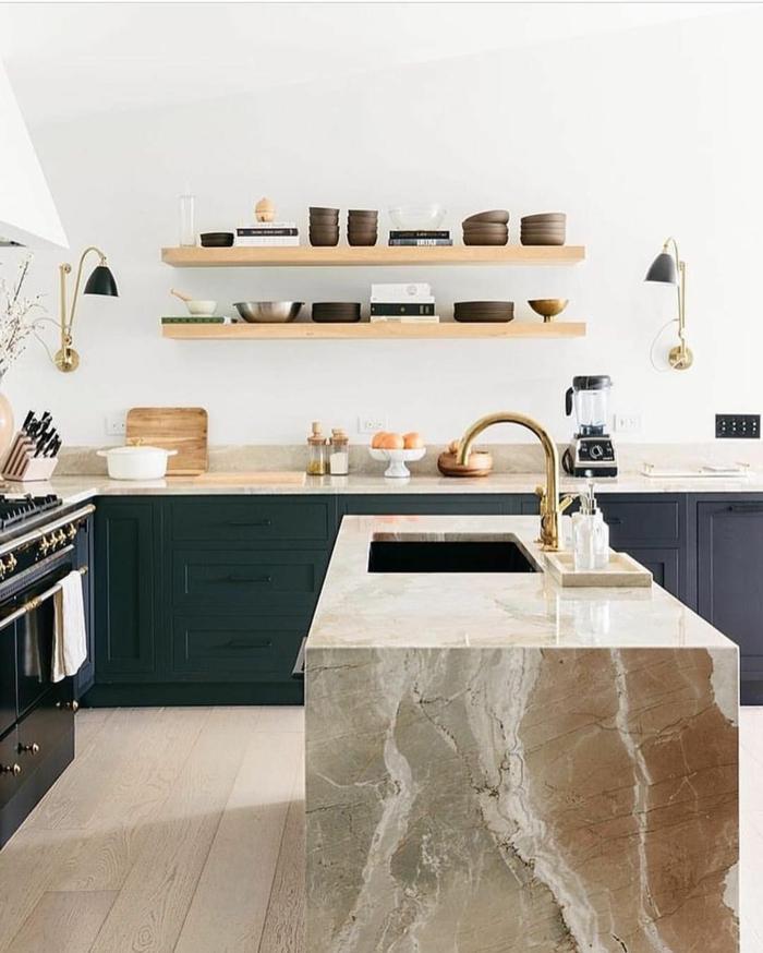 marmor Kochinsel mit Waschbecken, blaue Küchenmöbel, offene Regale mit aufgestellten Utensilien, goldene Mischbatterie, Kücheninsel Ikea