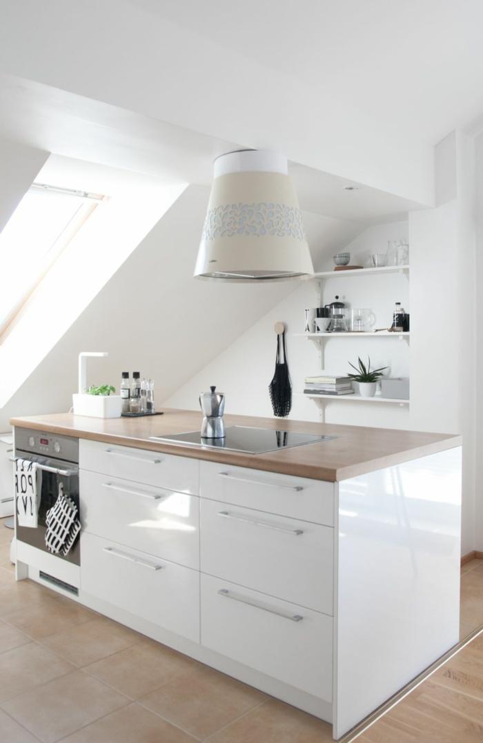 moderne Küchen mit Insel, Dachschräge mit großem Fenster, weiße Kochinsel mit hölzerne Theke, große Lampe