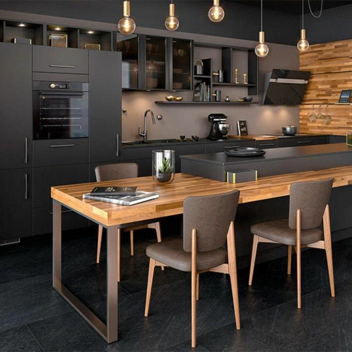 Kochinsel mit Sitzgelegenheit, moderne Einrichtung von Küche in schwarze Farben und Holztöne, modische Beleuchtung mit kleinen Lampen