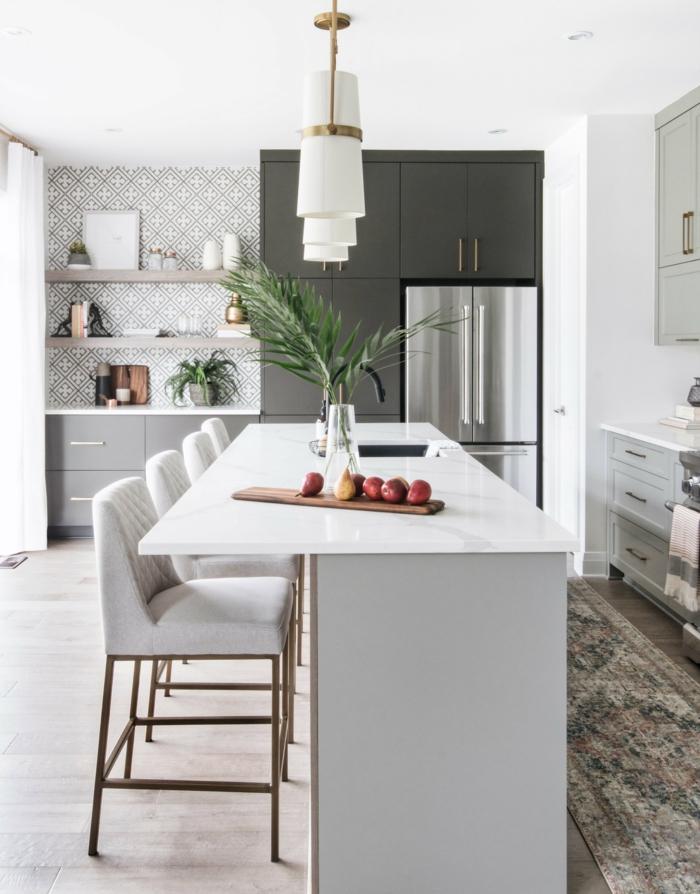 Kücheninsel mit Tisch, große Küche modern einrichten, dunkel und hellgraue Schränke, Vase mit grünen Blättern