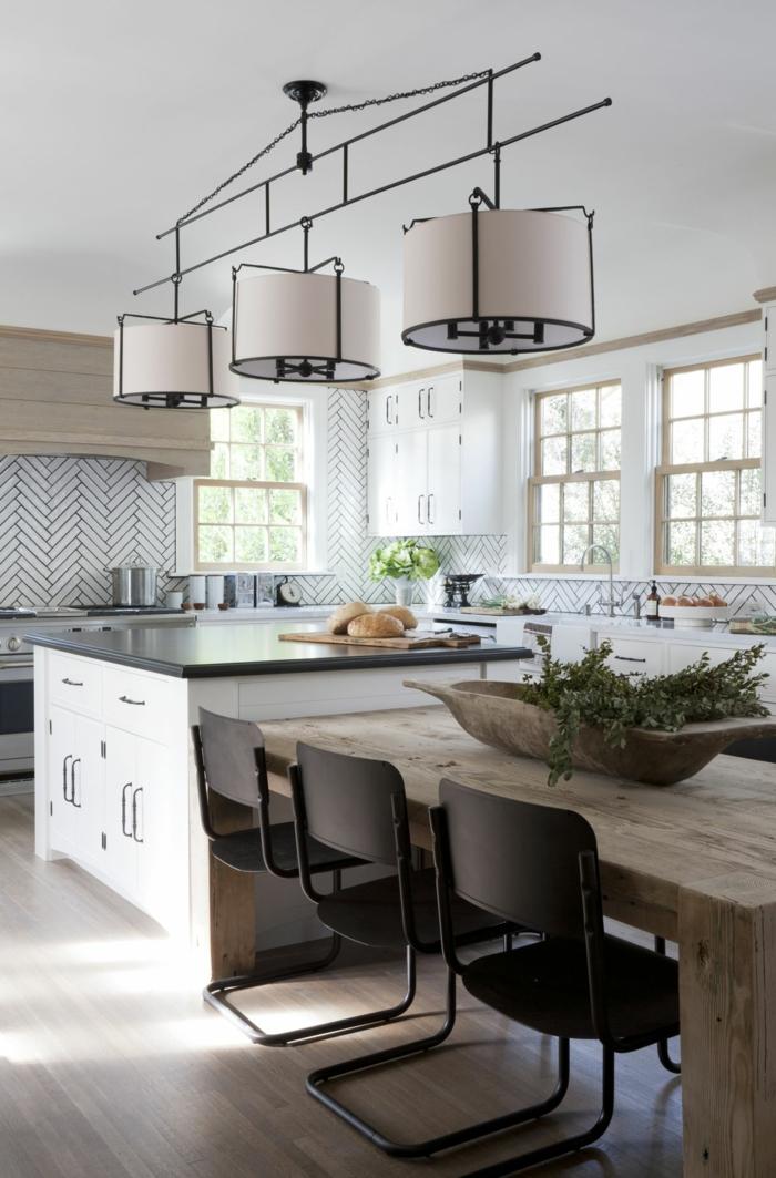 Kochinsel mit integriertem Esstisch, Einrichtung im rustikalen Stil, Mischung aus Metall und Holz, weiße Küchenschränke