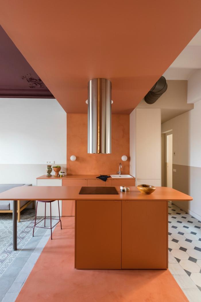 Moderne Küche mit Insel, Color Blocking Trend, Terrakotta Farbe, verschiedene Fliesen im Wohnzimmer und Küche,