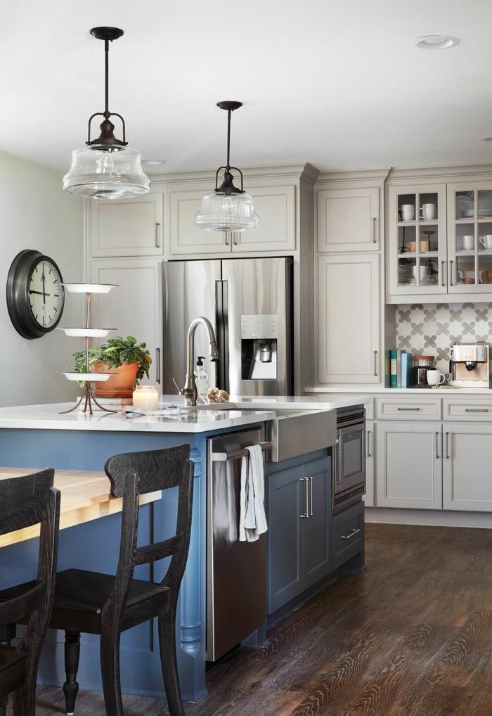 Bauernhaus Küchen Ideen Bilder, Kücheninsel mit blauen Schränken, integrierter Esstisch, schwarze Stühle