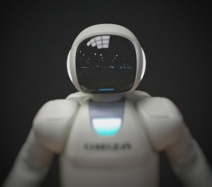weißer moderner Roboter, künstliche Inteligenz, JTB Communication Design, nachhaltiges Event Management