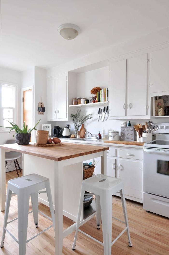 Kücheninsel klein, kleine weiße Ikea Küche mit Fenster, Bodenbeleg aus Holz, Minimalistische Inneneinrichtung,