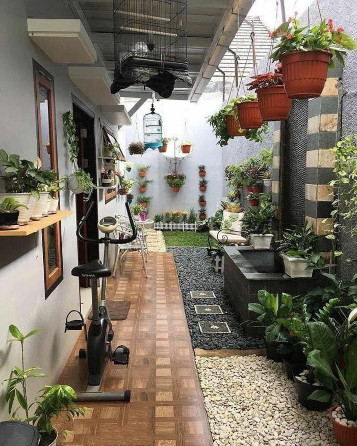 kleinen garten einrichten steingarten bilder inspiration außeneinrichtung viele grüne pflanzen großer käfig