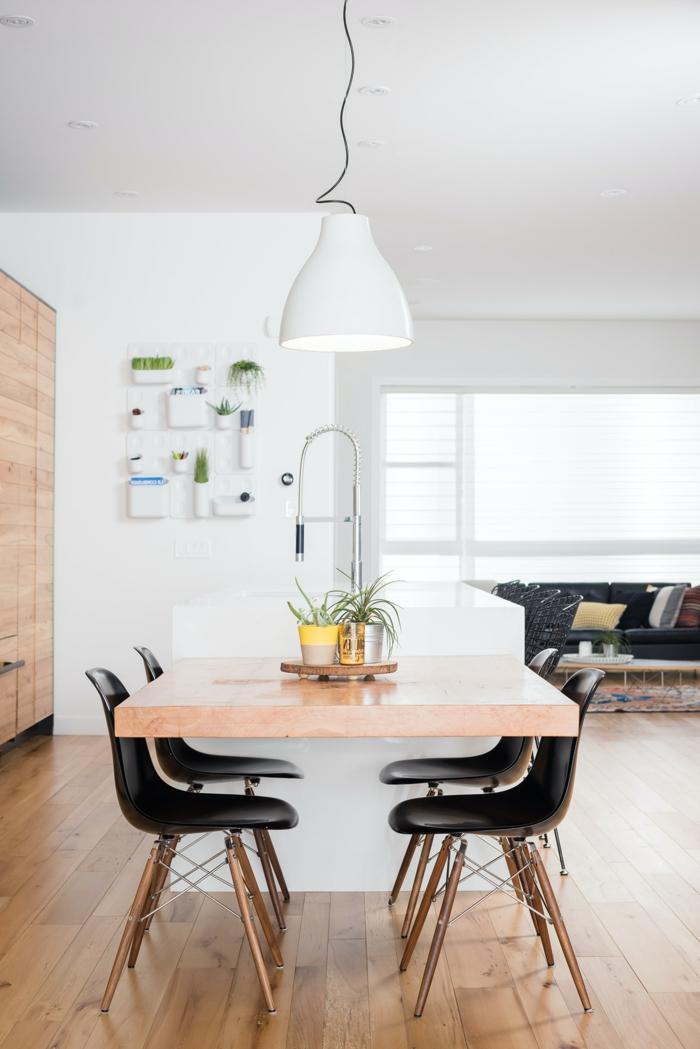 Moderne Küche mit Kochinsel und Sitzgelegenheit, Mischung aus Holztöne und schwarzen Möbeln, Interior Design 2020 Trends