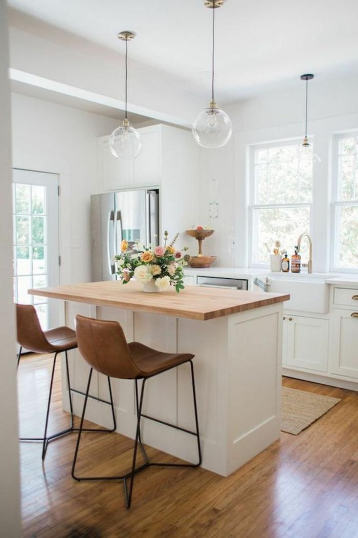 Kücheninsel klein, Theke aus Holz, kleine weiße Küche mit kleinem Fenster einrichten, schöne Blumen als Dekoration
