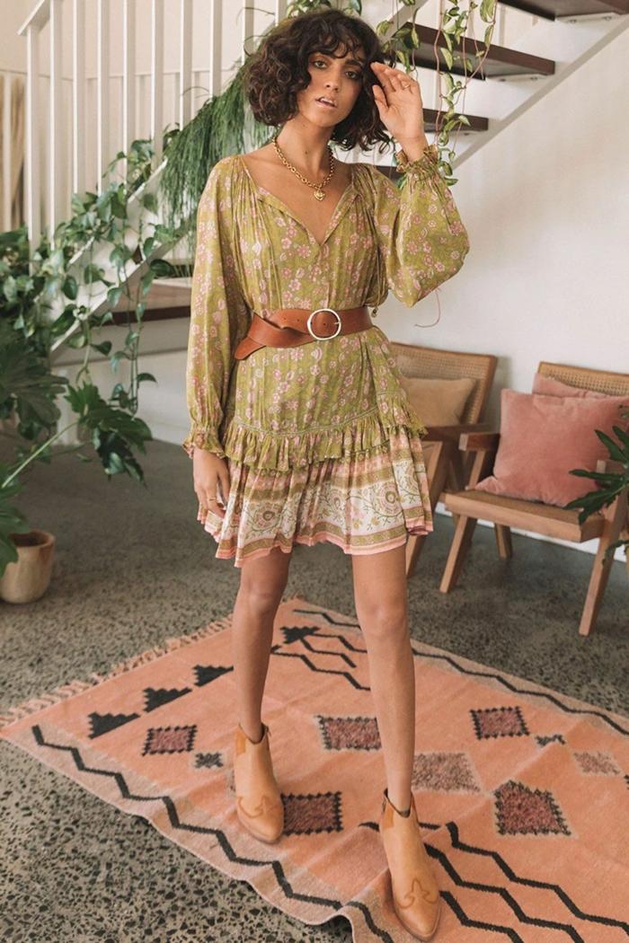 kurze sommerkleider damen grünes kleid mit rosa blumen brauner gürtel und schuhe frau mit kurzen braunen haaren