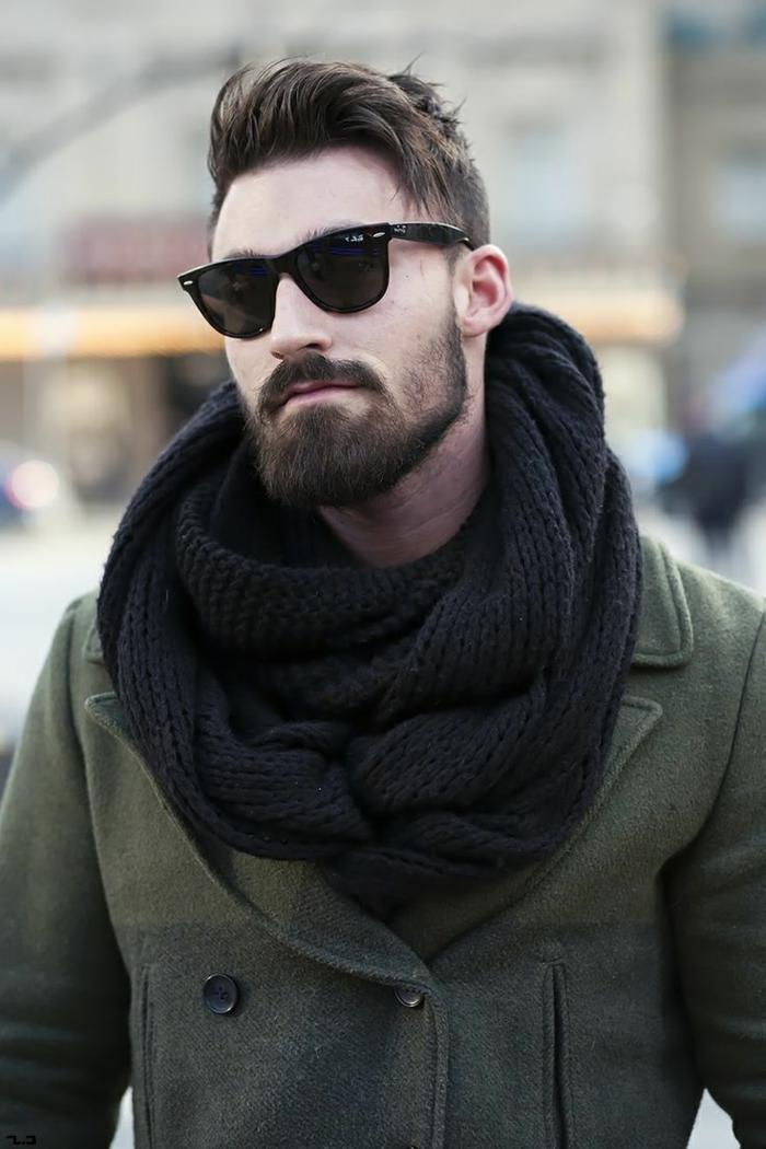 casual street style Männer, Frisurentrends 2020, grüner Mantel mit schwarzem Schal und Sonnenbrillen, dunkelbraune Haare