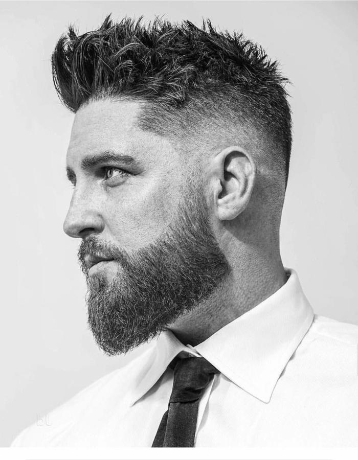 schwarz weißes Foto, moderne Kurzhaarfrisuren für Männer, Herr im weißen Hemd und schwarzer Krawatte