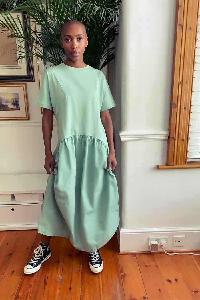 lässiges grau grünes popelinekleid schwarze converse sneakers top shop kleid legeres outfit sommerkleider 2020 trend