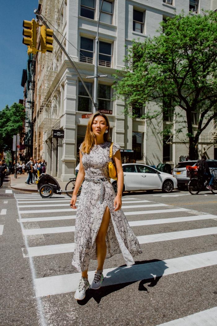 langes kleid mit schlitz weiße nike sneakers sommerkleider 2020 trend new york street style inspiration
