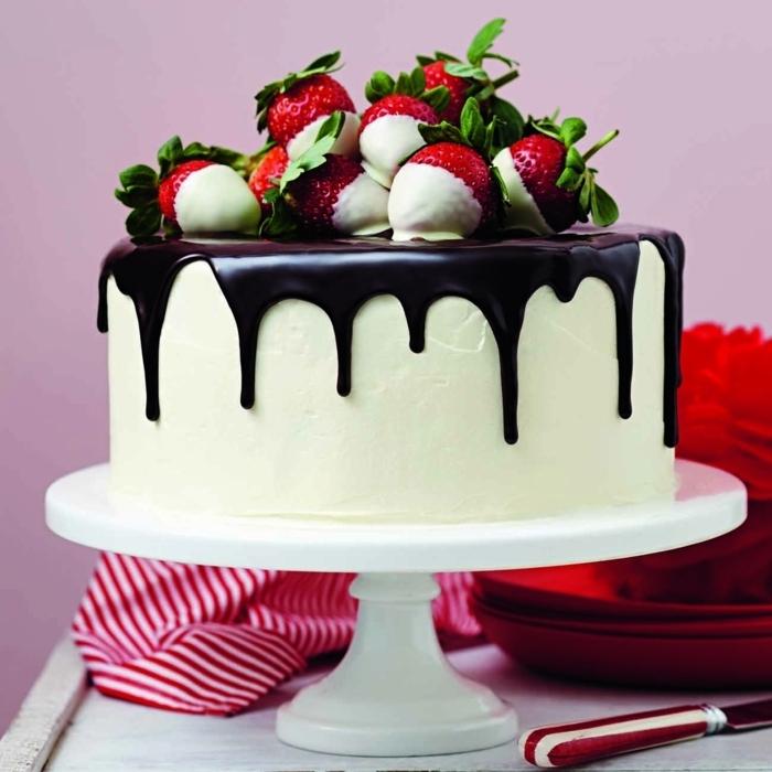 leckere beeren torte mit weißer und schwerzer schokolade, vanilletorte