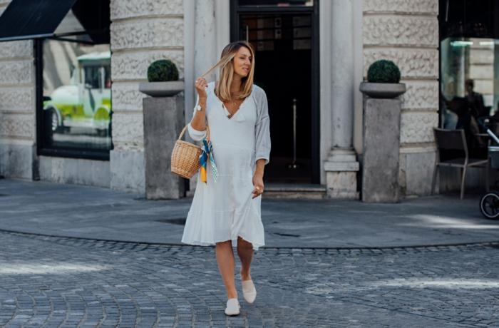 legeres outfit inspiration langes weißes kleid schicke sommerkleider große stroh tasche weiße schuhe