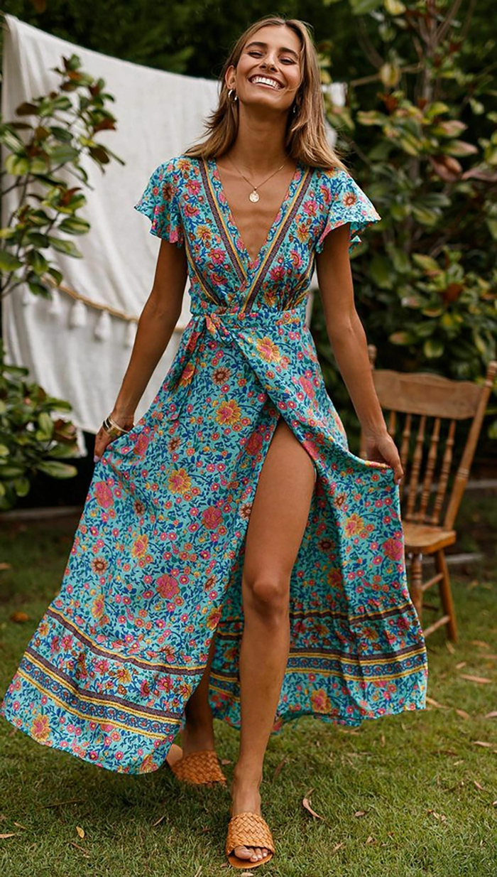 legeres styling gartenparty lange sommerkleider blau mit blumen und buntem muster elegante halskette