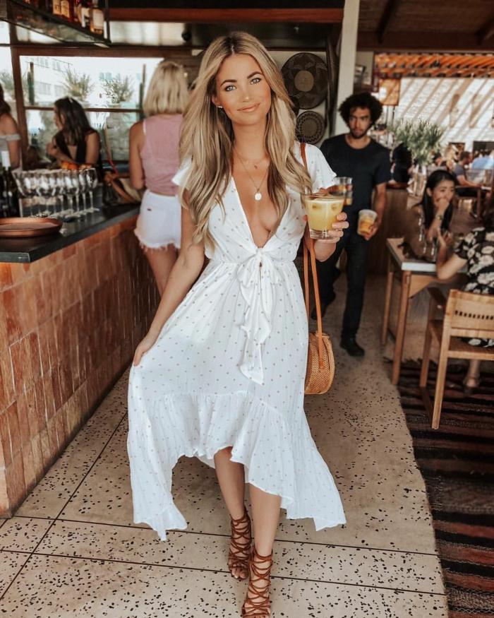 legeres weißes kleid sommer kleidung damen braune sandalen und mini tasche frau mit blonden langen haaren