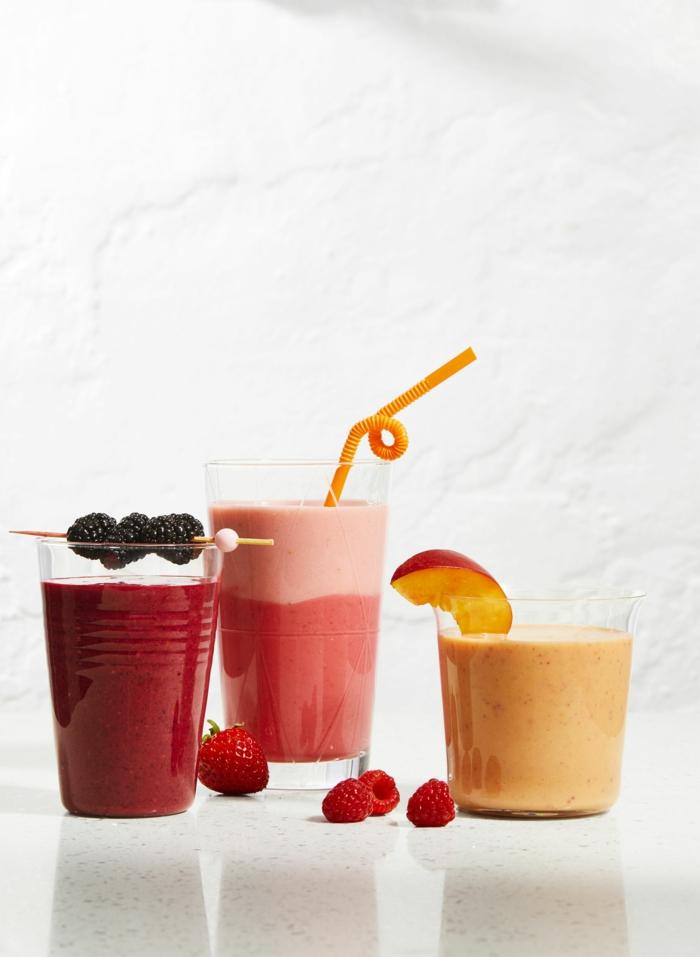 leichte smoothie selber machen gesunde shakes mit pfirsiche himbeere erdbeere