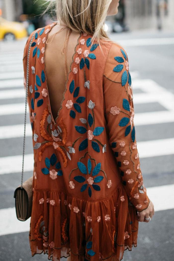 leichtes sommerkleid besticktes kleid braun mit blauen blumen blonde haare mini tasche street style new york