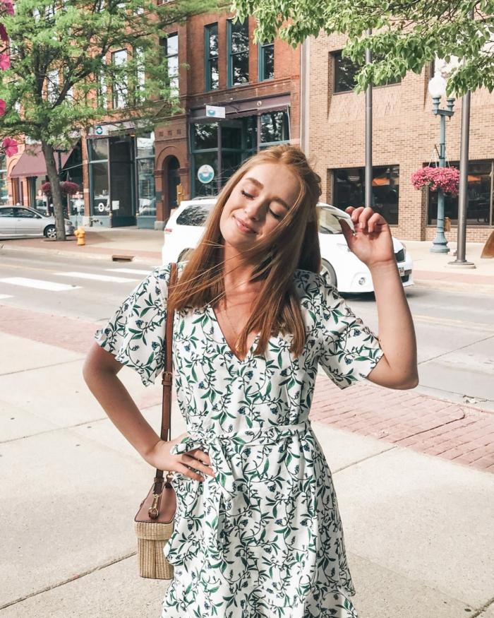 leichtes sommerkleid weiß mit grünen blumen kleine tasche dame mit roten haaren street style new york