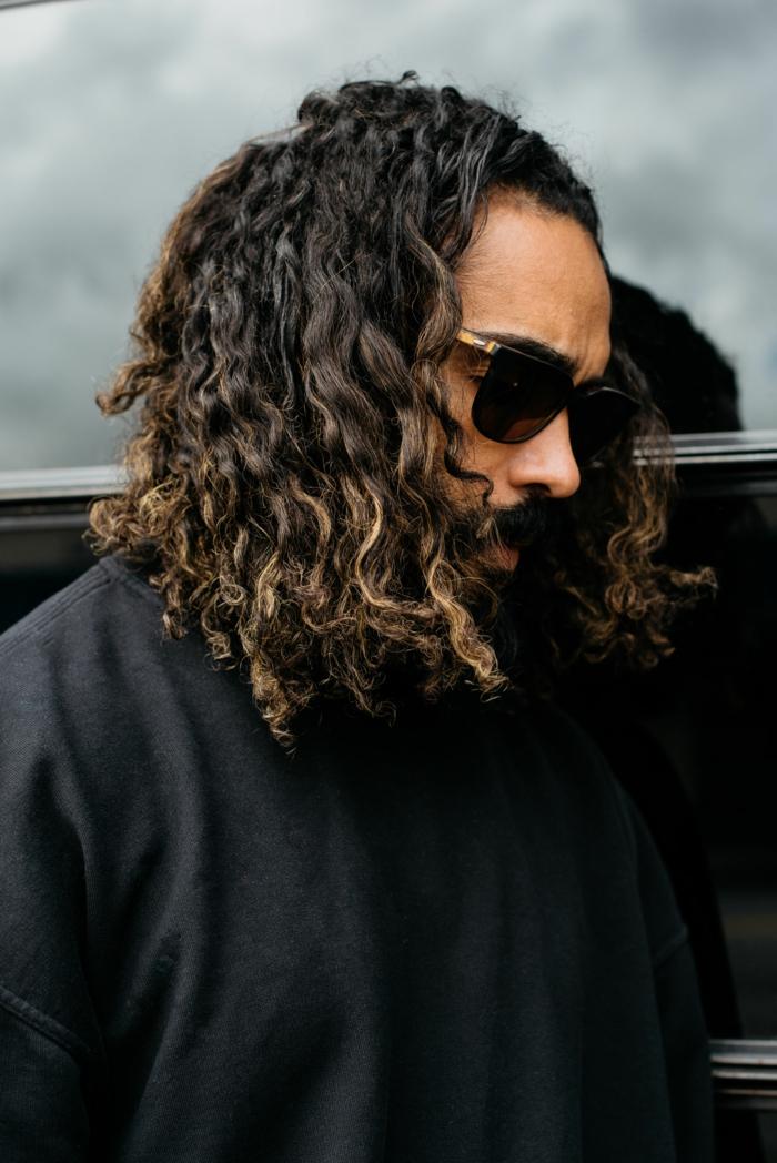 casual street style, schwarzes Sweatshirt, haarschnitt lange haare 2020 lockig, modische schwarze Sonnenbrillen,