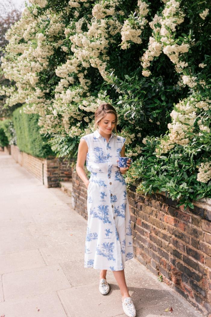 london street style schlicht und elegant langes blau weißes kleid mit knöpfen styling ideen