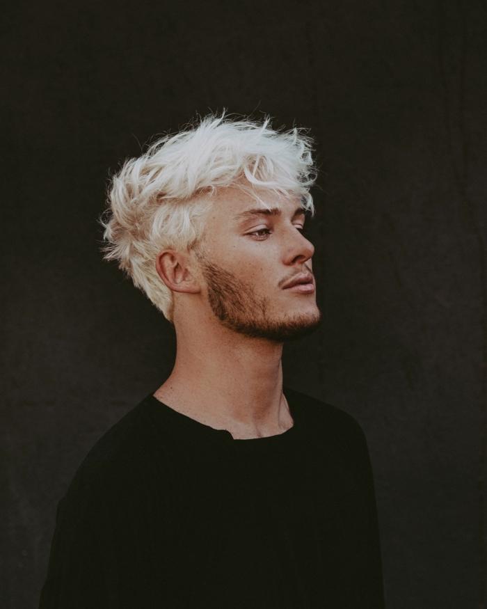 Foto auf schwarzem Hintergrund, Mann mit hellblonden Haaren und kurzem Bart, Männerfrisuren 2020 kurz