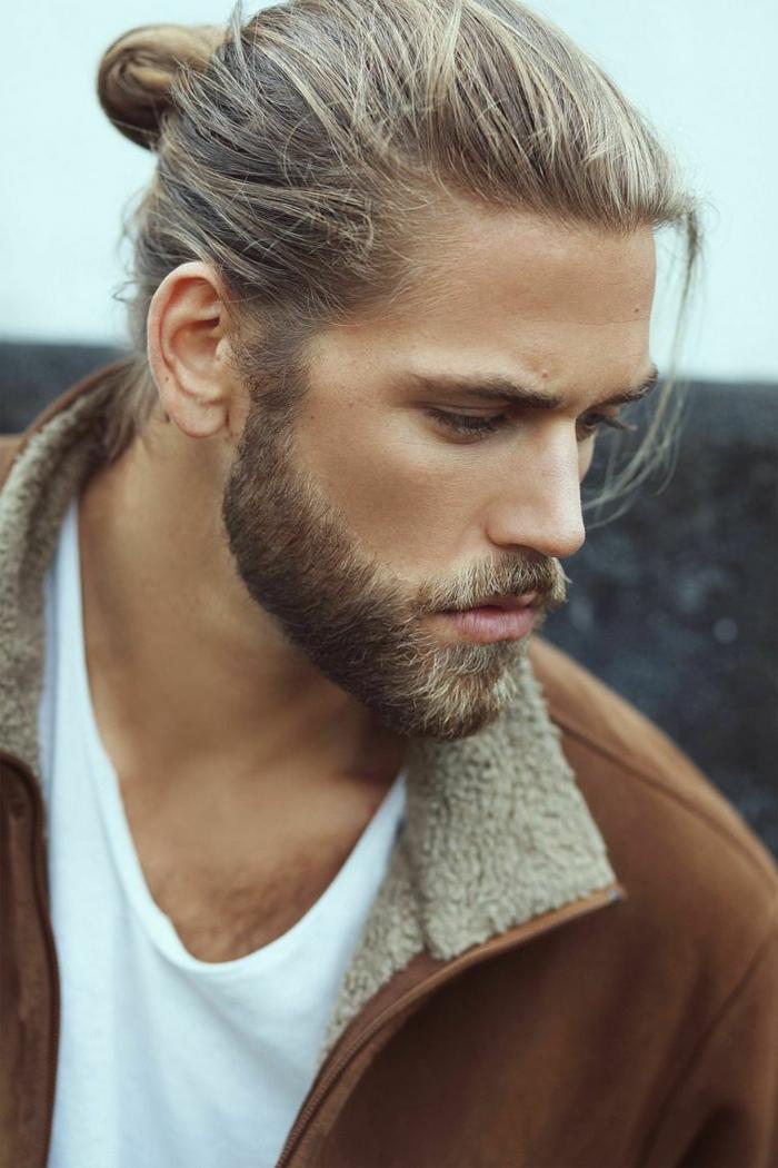 Haarschnitt lange Haare 2020 für Männer, casual Outfit mit weißem T-Shirt und brauner Jacke, mittellanger Bart