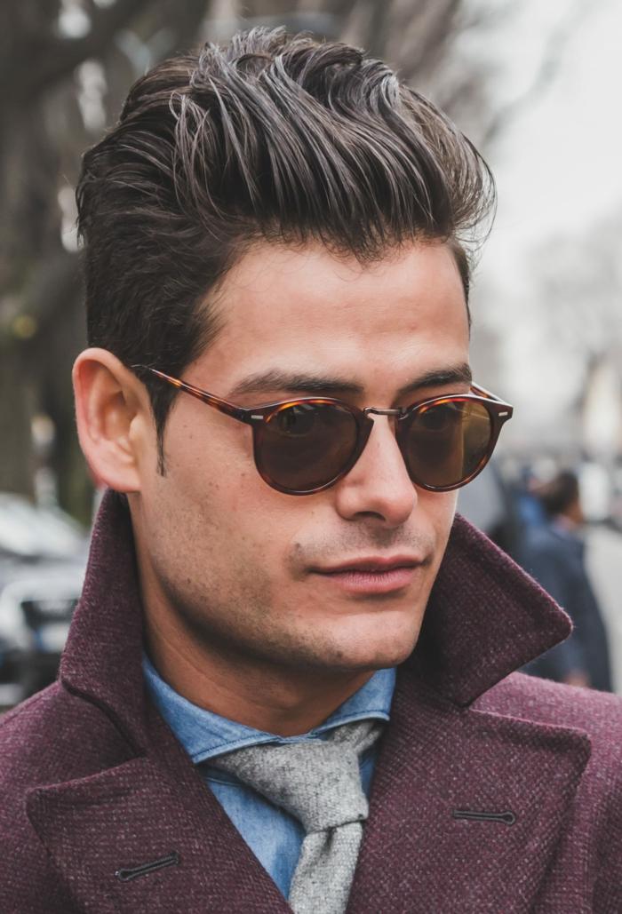 Street Style Elegant, kurze Männerfrisuren 2020, burgundroter Mantel und blaues Hemd mit Krawatte, braune Sonnenbrillen,