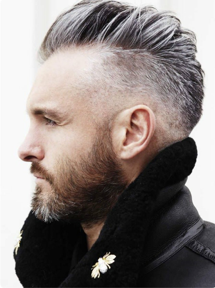 Männer Frisuren kurz 2020, schwarzer Mantel mit Brosche, Mann mit grauen Haaren, mittellanger brauner Bart,