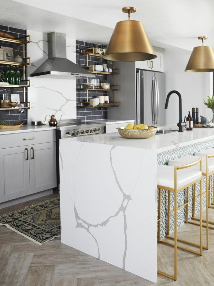 Einrichtung Küche mit goldenen Akzenten, Ikea Kücheninsel aus Marmor, schwarte Wandfliesen, Dekoration mit Teppich