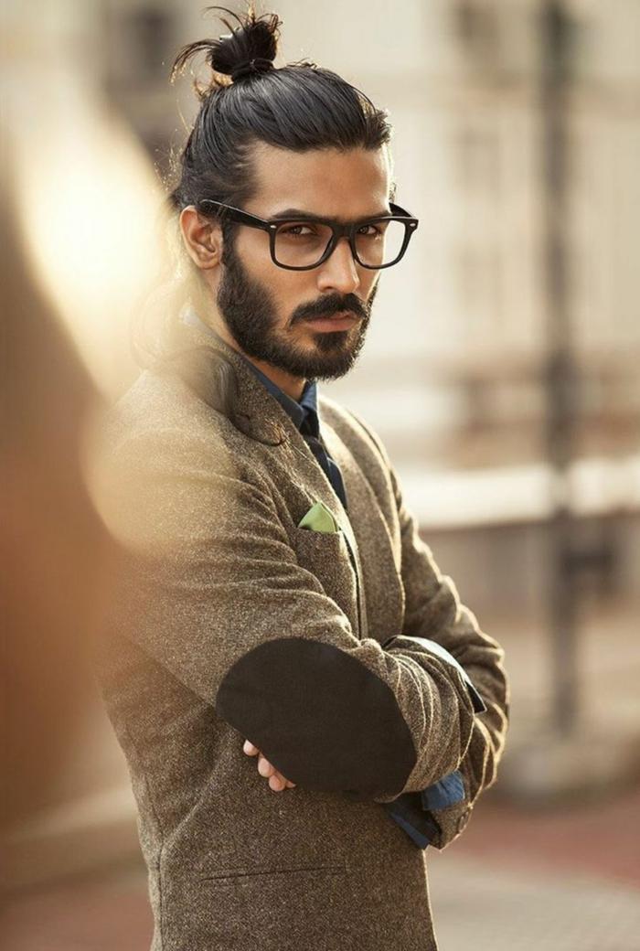 Haarschnitt lange Haare, Männerfrisuren 2020, elegant angezogener Mann, elegant angezogener Mann in einer Jacke