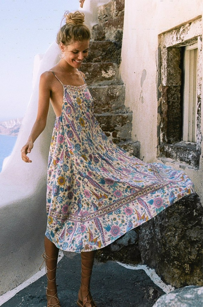 midikleid sommer weiß mit bunten blumen hochgesteckte blonde haare urlaub style inspiration