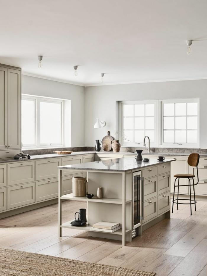 sehr minimalistisch gestaltete Küche mit Kochinsel in pastellfarben, Kücheninsel klein, Eckküche mit Fenster