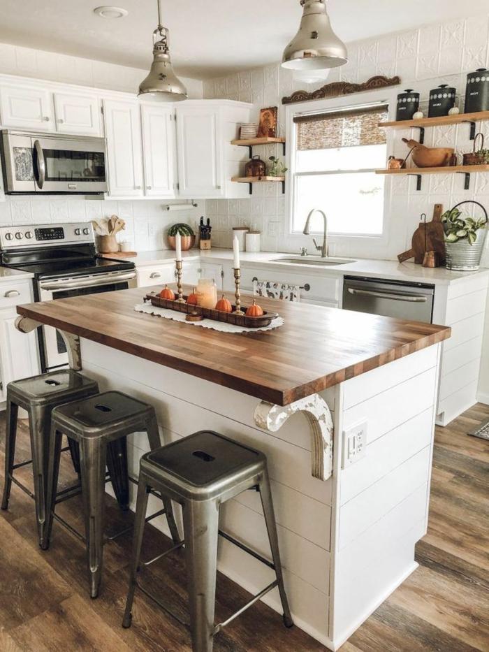 moderne Küchen Ideen Bilder, Bauernhaus Küche mit Kochinsel mit Theke aus Holz, offene Regale und weiße Schränke
