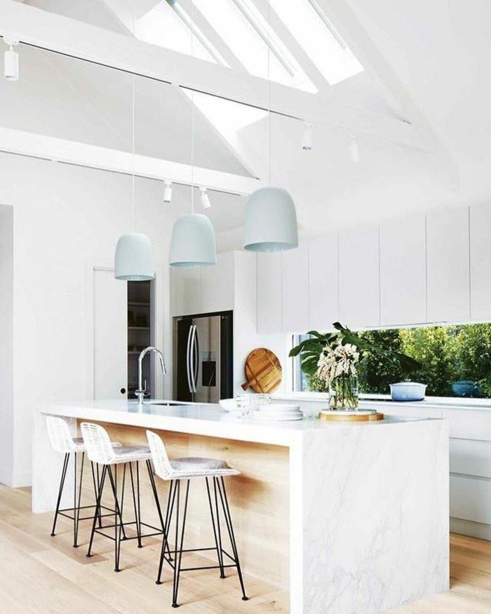 drei bläuliche Hängelampen, helle Holzböden Küche, Küchen Ideen modern, weiße Kochinsel, Dachschräge mit großem Fenster
