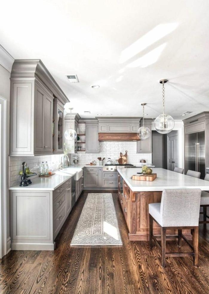 Küchen Ideen Bilder, Kücheninsel in Holztöne und weiße Theke, graue Küchenschränke, dunkle Holzböden, heller Teppich
