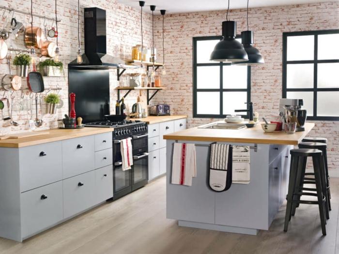 Moderne Küchen mit Insel, weiße rote Backsteinwand, hellblaue Küchenmöbel und schwarzer Ofen, zwei große Fenster