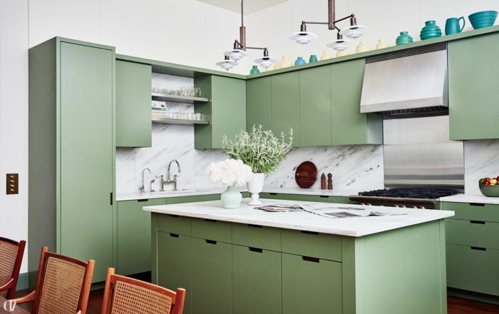 angesagte Trends im Küchen Design, grüne Küchen mit Marmor Wand, Kochinsel mit Theke, moderne Beleuchtung