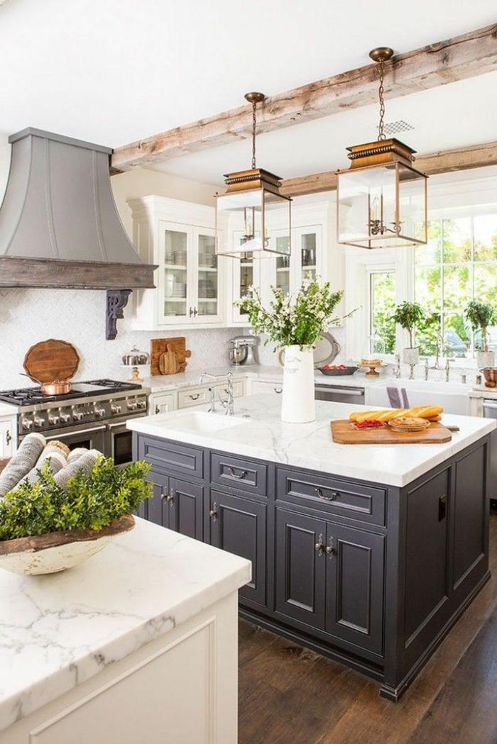 große Eckküche mit Fenster, Kücheninsel Ikean, blau mit weißer Theke, originelle Beleuchtung, Dekoration mit vielen Blumen