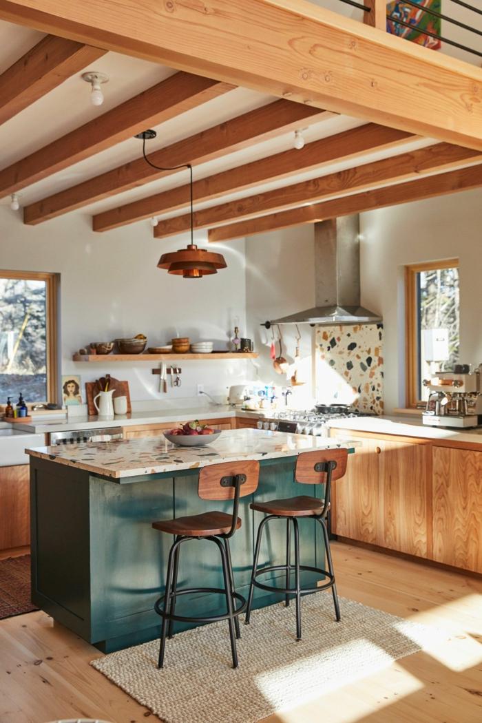 kleine Kücheninsel Ikea in grüne Farbe, Küche mit Holzbalcken, hölzerne Küchenschränke, beiger Teppich, Küche mit Fenster
