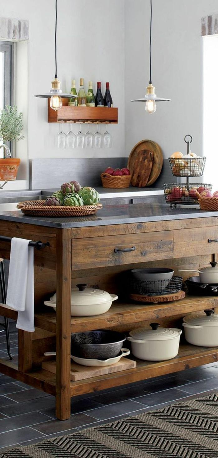 Kücheninsel klein aus Holz mit Schränken, Einrichtung im retro Stil, schwarze Bodenfliesen, hängende schlichte Lampe